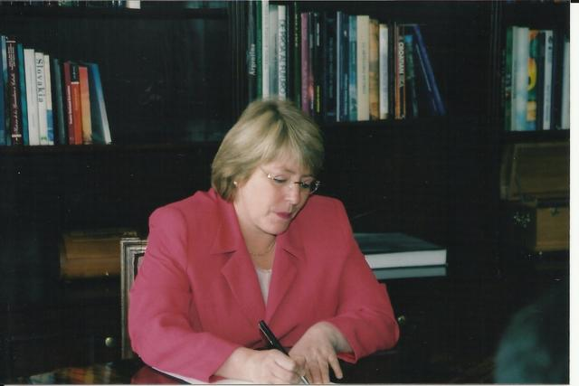 2002. Michelle Bachelet, then Minister of Defense at the meeting with Olga Weisfeiler and human rights lawyers.